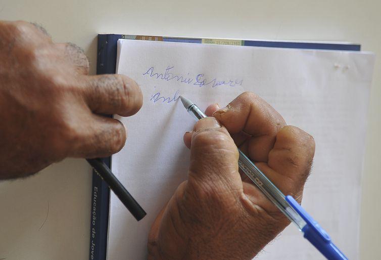 Longe de ser erradicado no Brasil, analfabetismo atinge 11,5 milhões